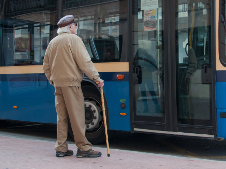 Un homme attend son autobus